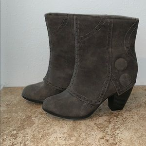 Adorable & comfortable Gray boots.
